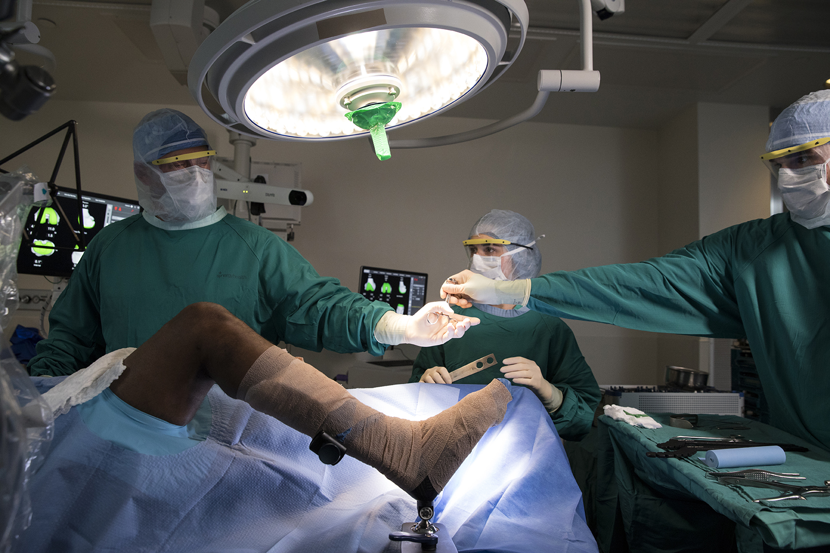 Surgeons operate on ACL patient